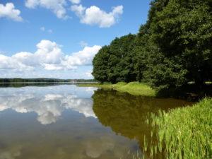 Odbijające się chmury w jeziorze Somińskim (nasz brzeg nad jeziorem Somińskim).
