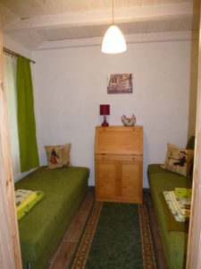 Mały pokój w chatce.